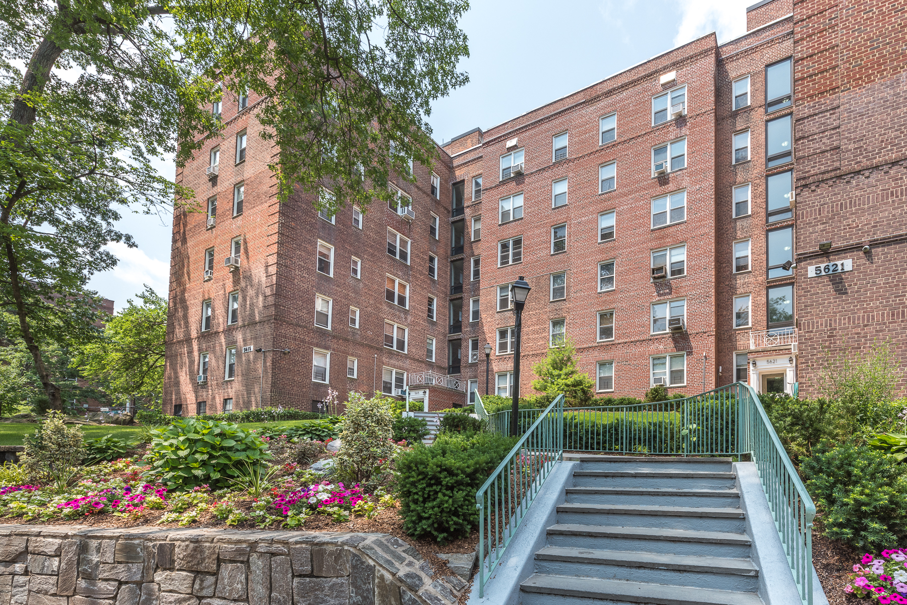 合作公寓 为 销售 在 Large 1 BR with Private Patio 5639 Netherland Avenue 1C 里弗代尔, 纽约州, 10471 美国