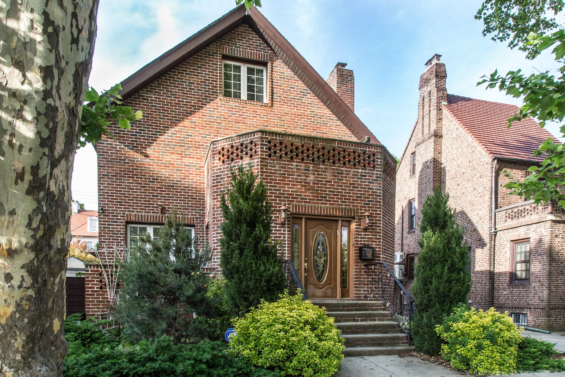 """獨棟家庭住宅 為 出售 在 """"PALATIAL LIVING"""" 71-35 Harrow Street, Forest Hills, 紐約州 11375 美國"""