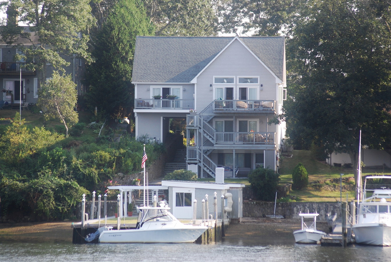 Casa Unifamiliar por un Venta en Boater's Dream 15 Narrows Road Narragansett, Rhode Island 02882 Estados Unidos
