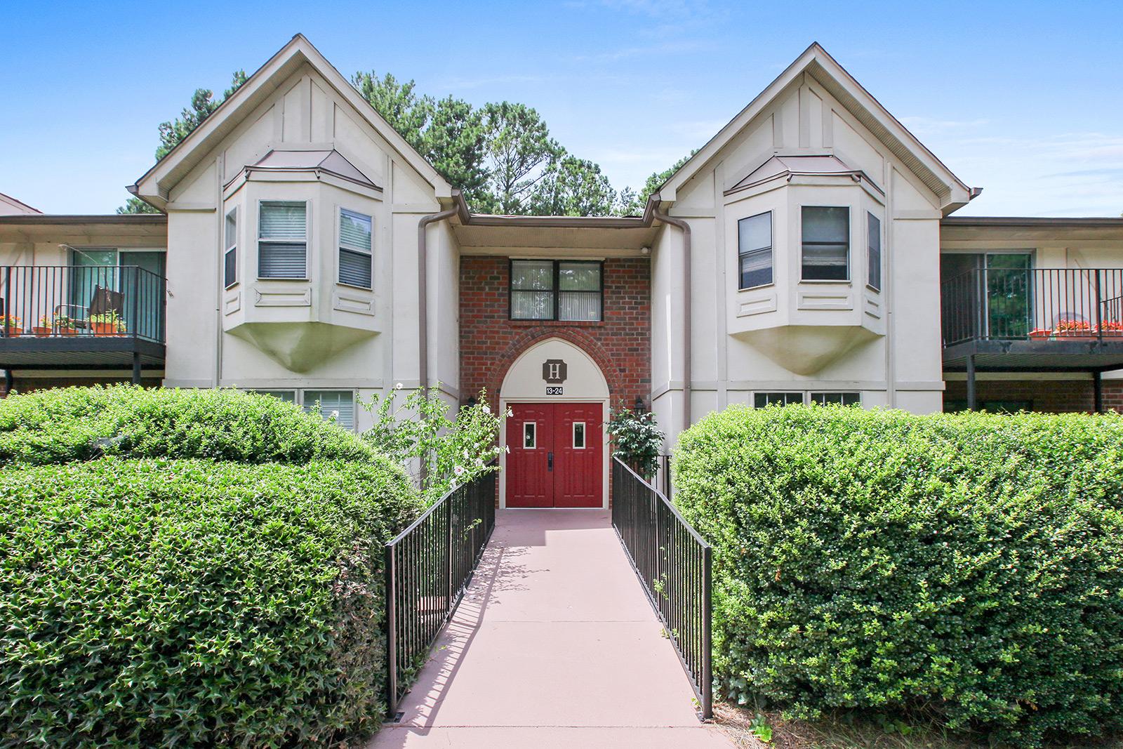 Condominio por un Venta en Immaculate Three Bedroom Condo in Heart of Sandy Springs 6851 Roswell Road, No. H-18 Sandy Springs, Georgia 30328 Estados Unidos