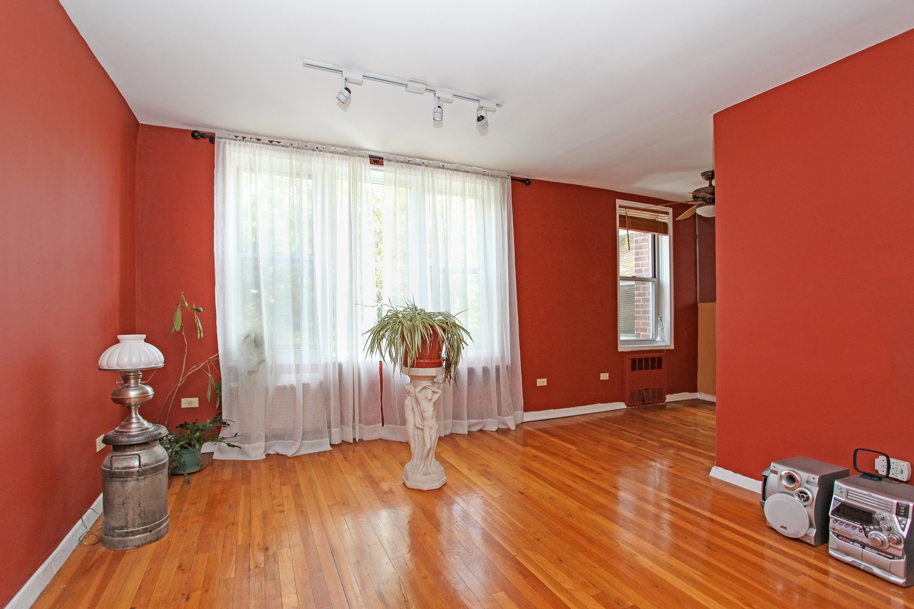 Кооперативная квартира для того Продажа на Large and Sun-filled 1 BR Co-op 6200 Riverdale Avenue 4A Riverdale, Нью-Йорк 10471 Соединенные Штаты