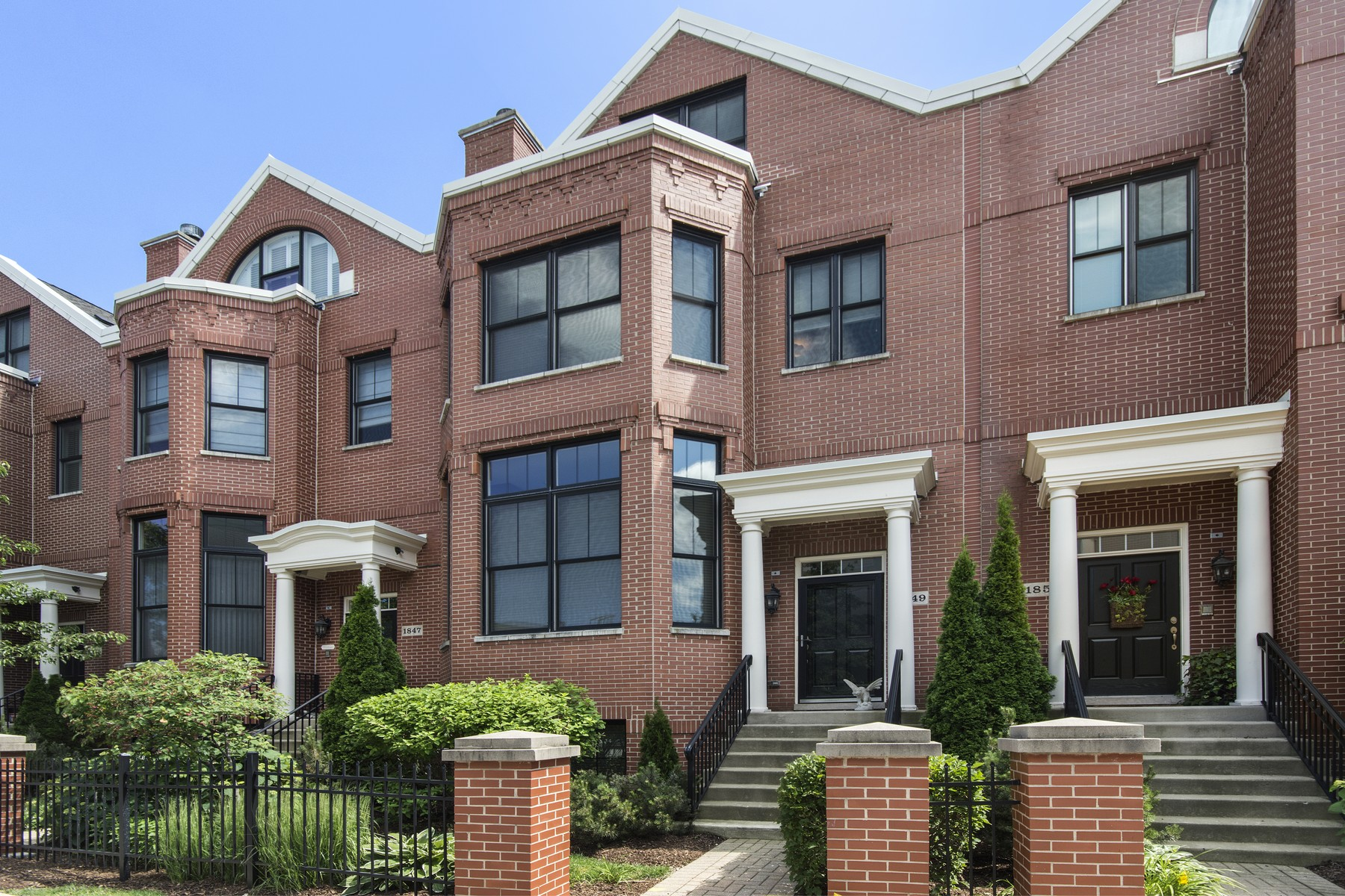 Таунхаус для того Продажа на Stately Brick Town Home With Many Custom Features 1849 Admiral Court Glenview, Иллинойс, 60026 Соединенные Штаты