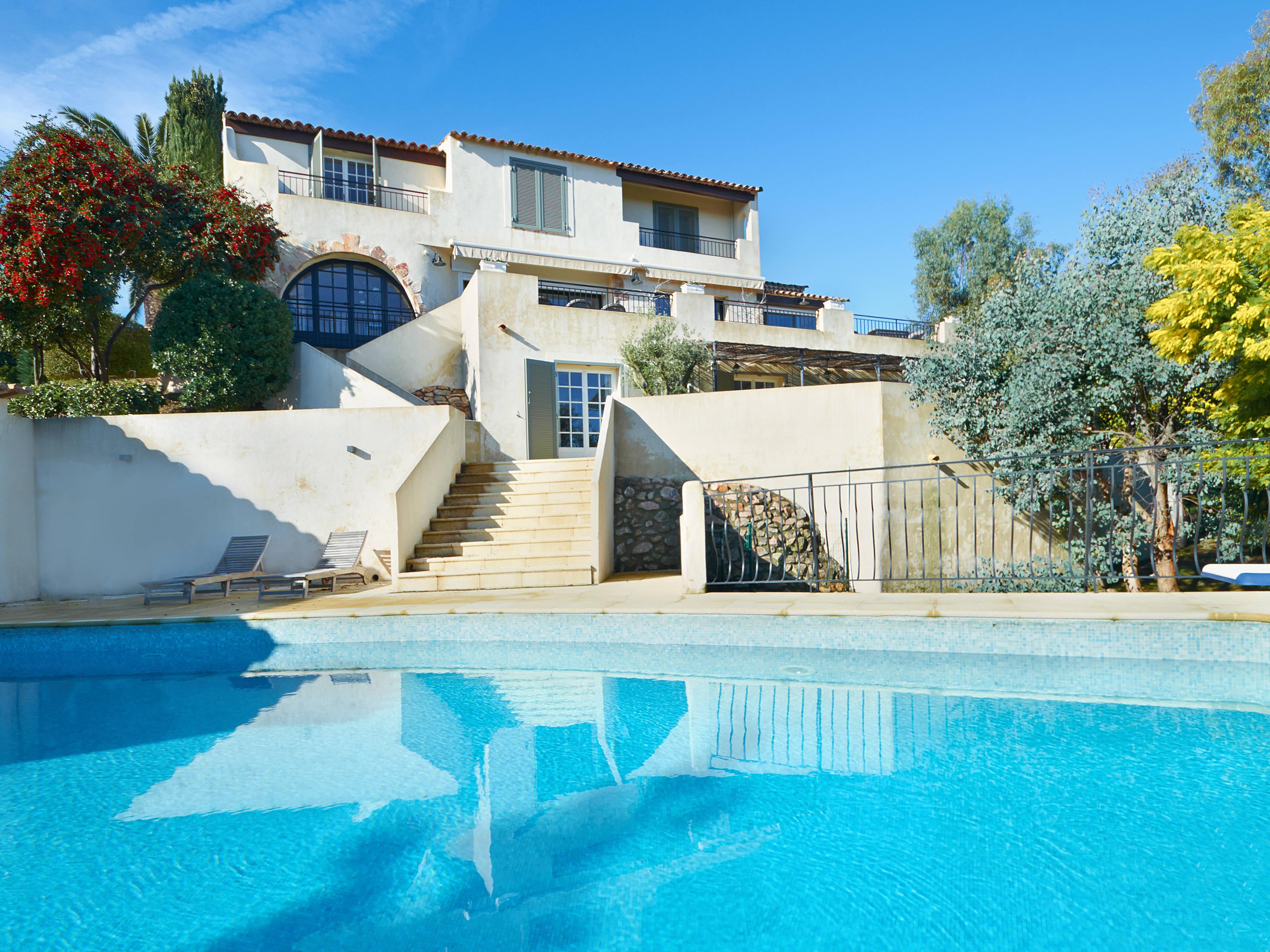 Casa Unifamiliar por un Venta en Super Cannes - Private estate - luxury renovated villa with sea view Cannes, Provincia - Alpes - Costa Azul 06400 Francia