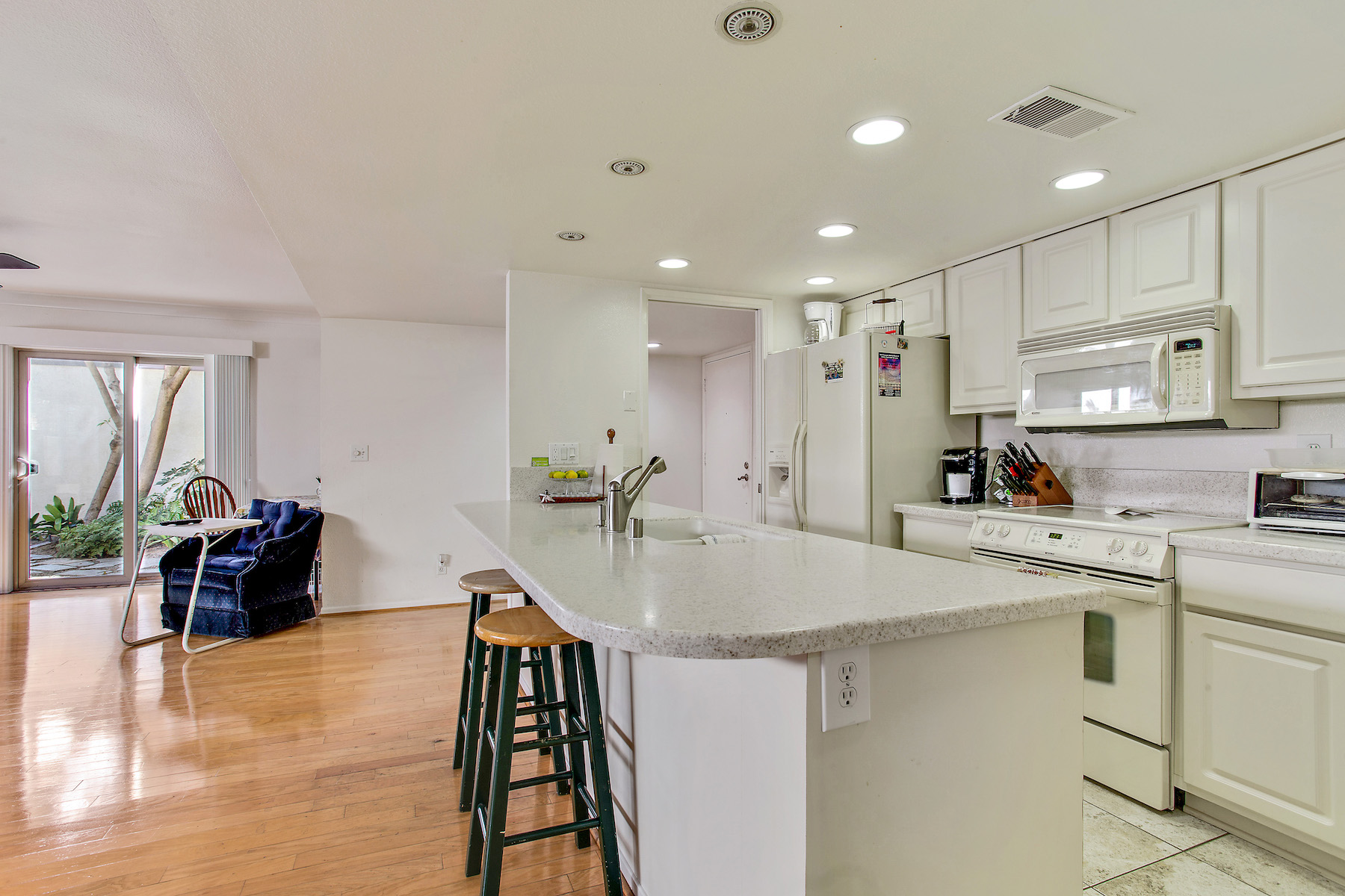 Additional photo for property listing at 911 E Avenue #101  Coronado, Калифорния 92118 Соединенные Штаты