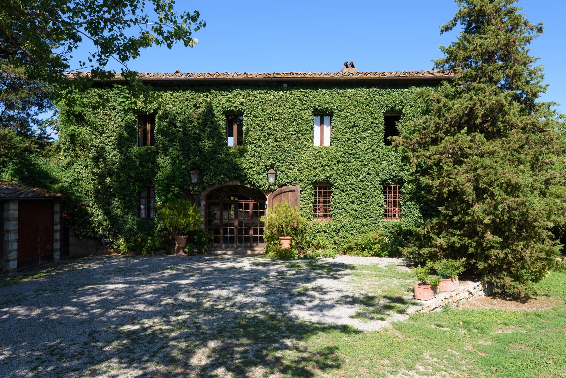 Casa para uma família para Venda às Chianti Country Estate with vineyard Loc. Lo Spicchio Radda In Chianti, Siena 53017 Itália