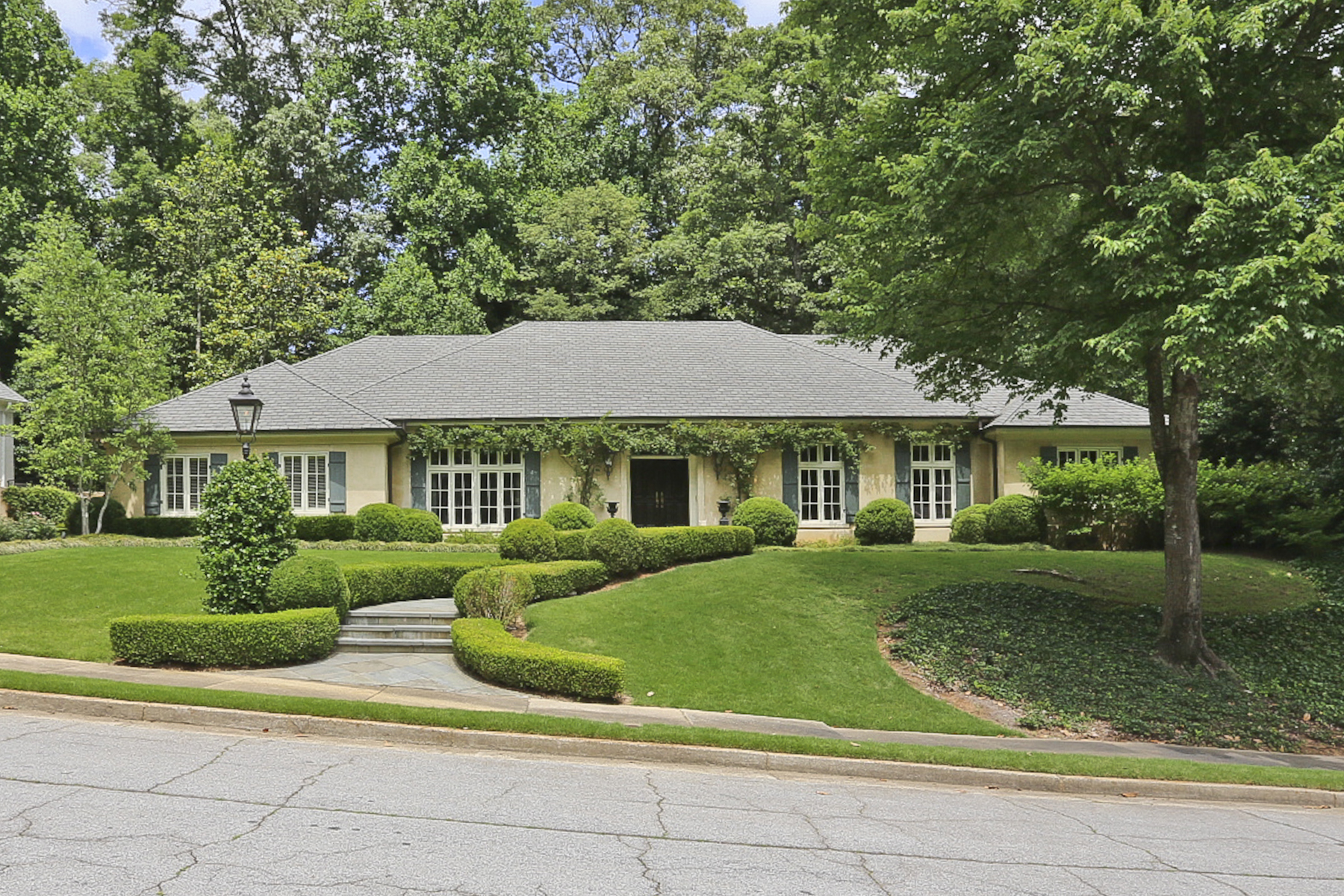 独户住宅 为 销售 在 European Garden Home And Convenient Buckhead Location 3417 West Paces Ferry Court Atlanta, 乔治亚州 30327 美国