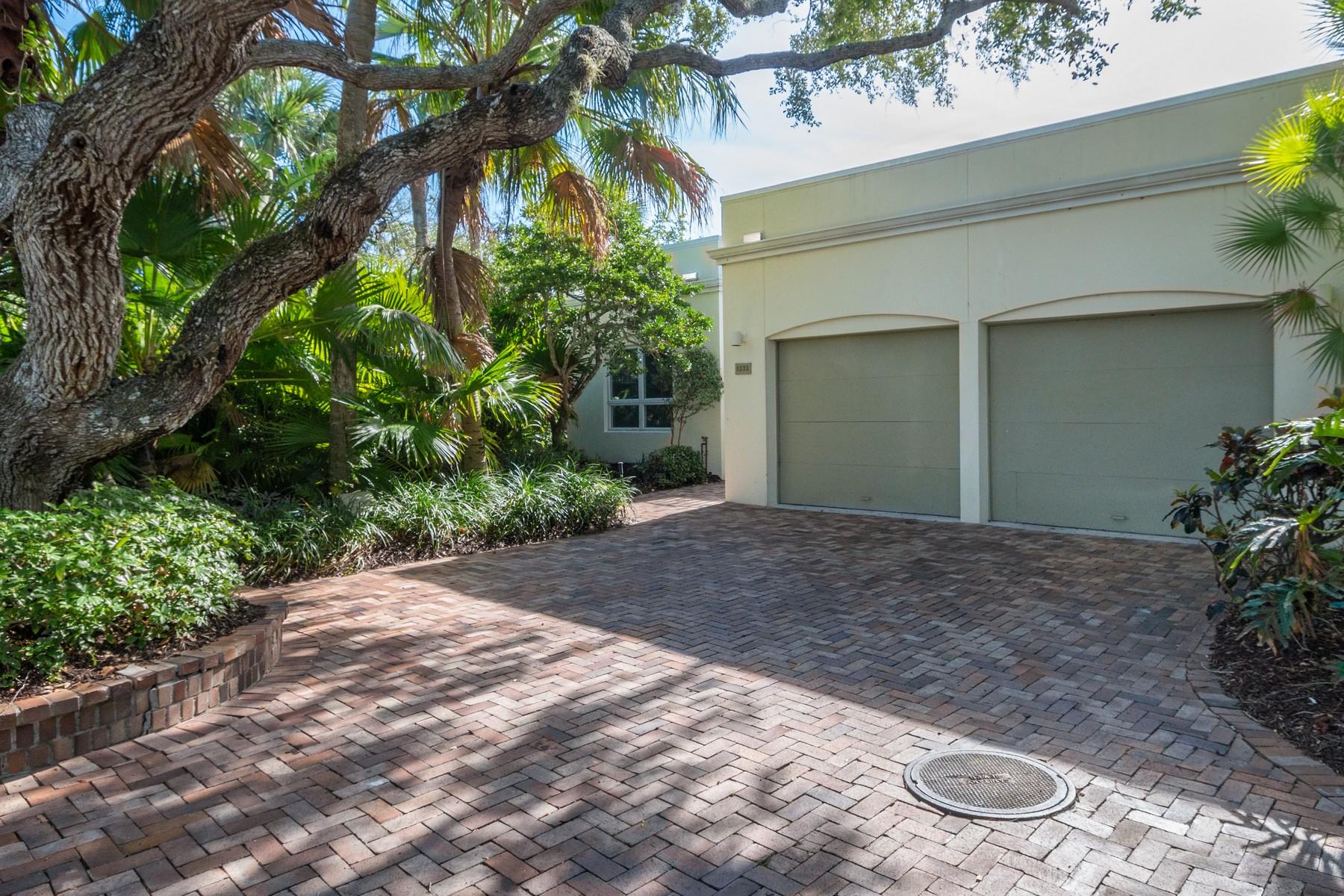 단독 가정 주택 용 매매 에 Beautiful Courtyard home 8323 Chinaberry Rd Vero Beach, 플로리다, 32963 미국