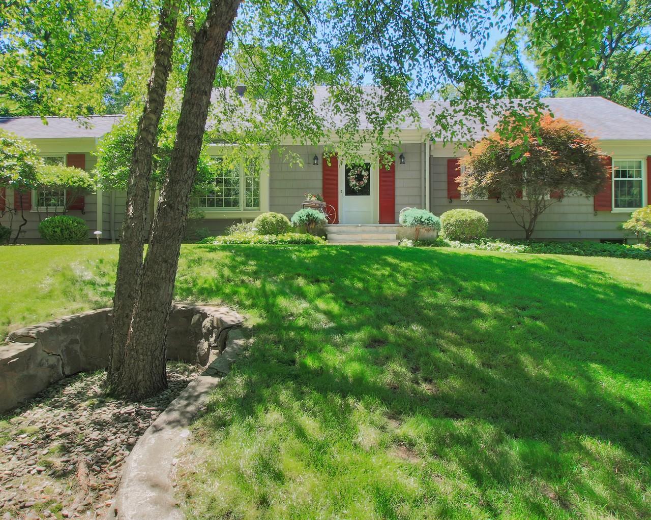 Maison unifamiliale pour l Vente à A Country Oasis 9 Meadow Lane North Caldwell, New Jersey, 07009 États-Unis