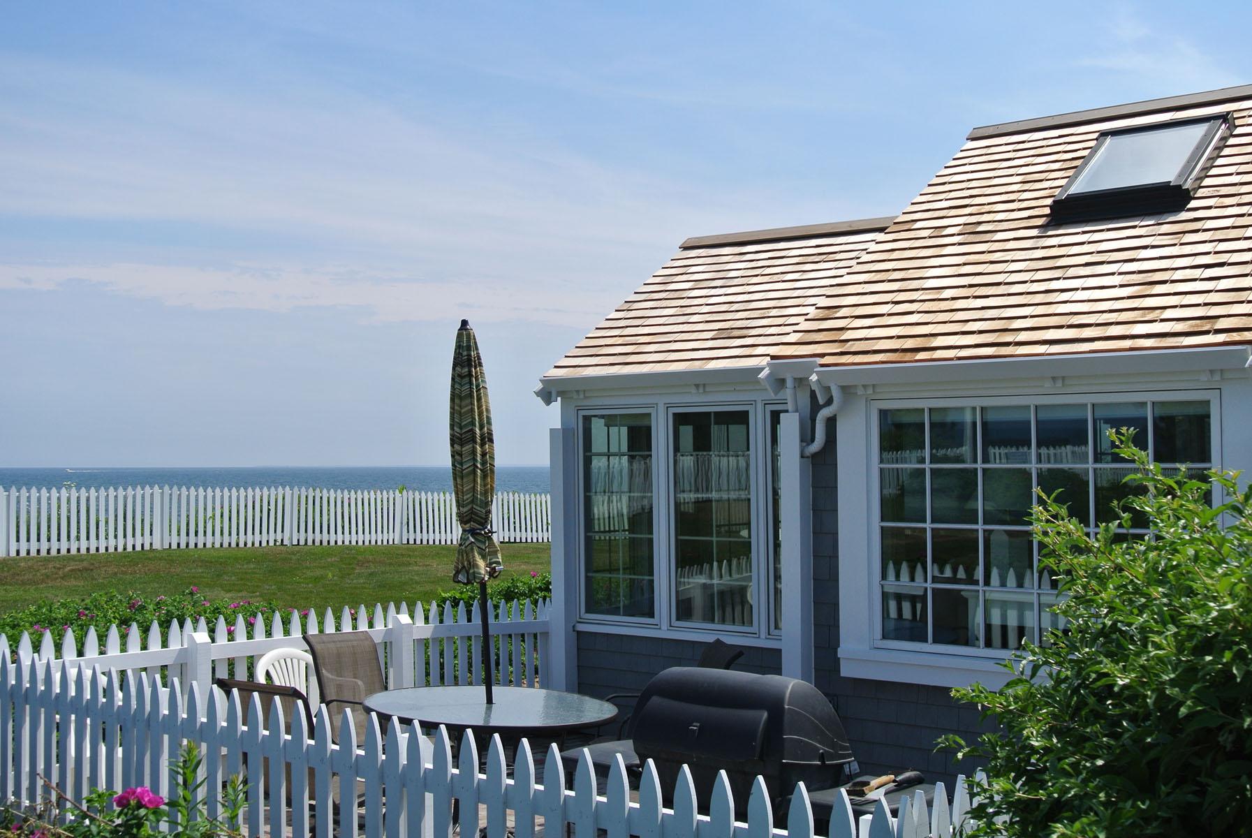 Copropriété pour l Vente à SPECTACULAR VIEWS FROM OCEAN FRONT COTTAGE 21 Vineyard View Lane New Seabury, Massachusetts, 02649 États-UnisDans/Autour: Mashpee