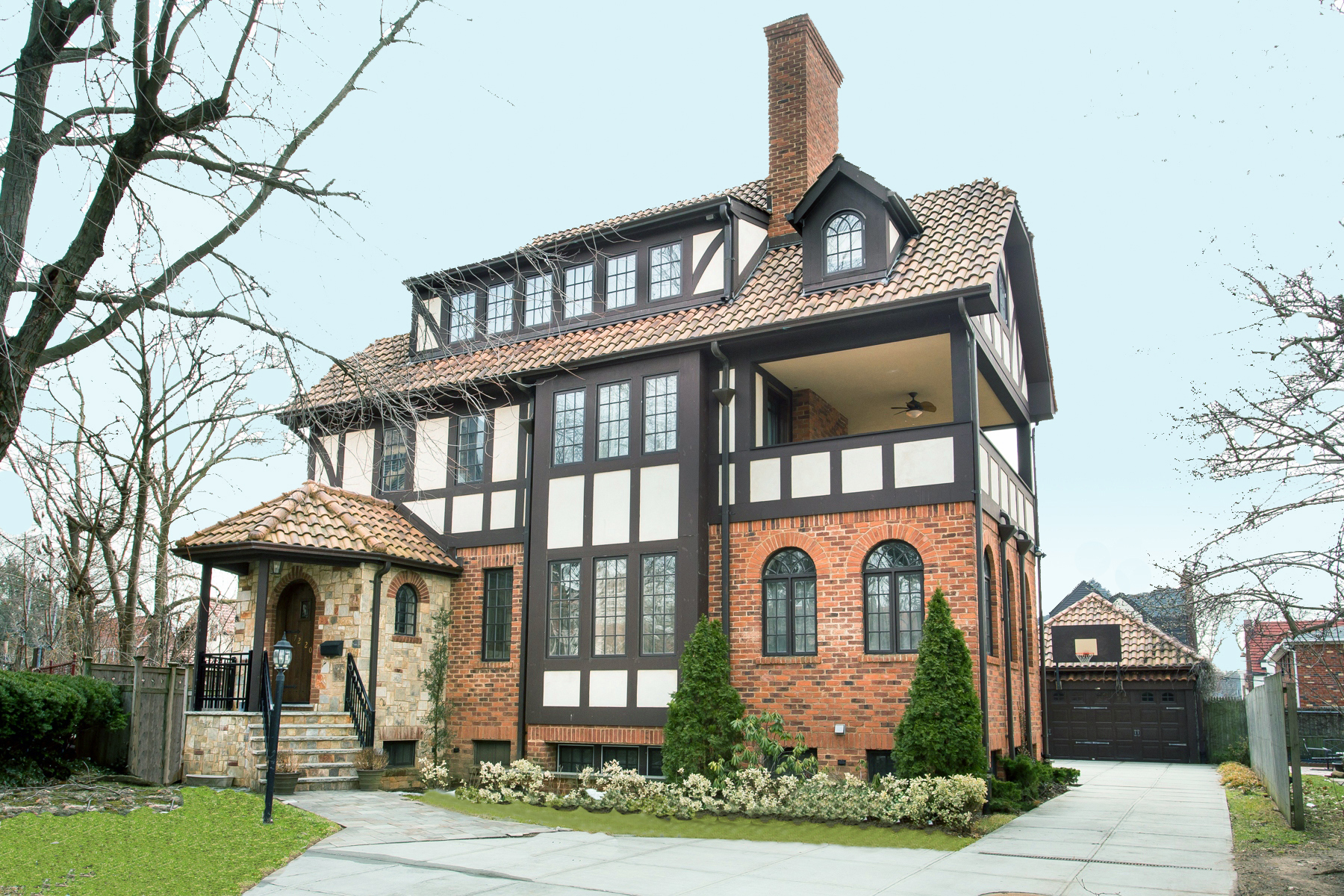 "Maison unifamiliale pour l Vente à ""MAGNIFICENT MANOR HOME"" 72-20 Harrow Street, Forest Hills, New York 11375 États-Unis"