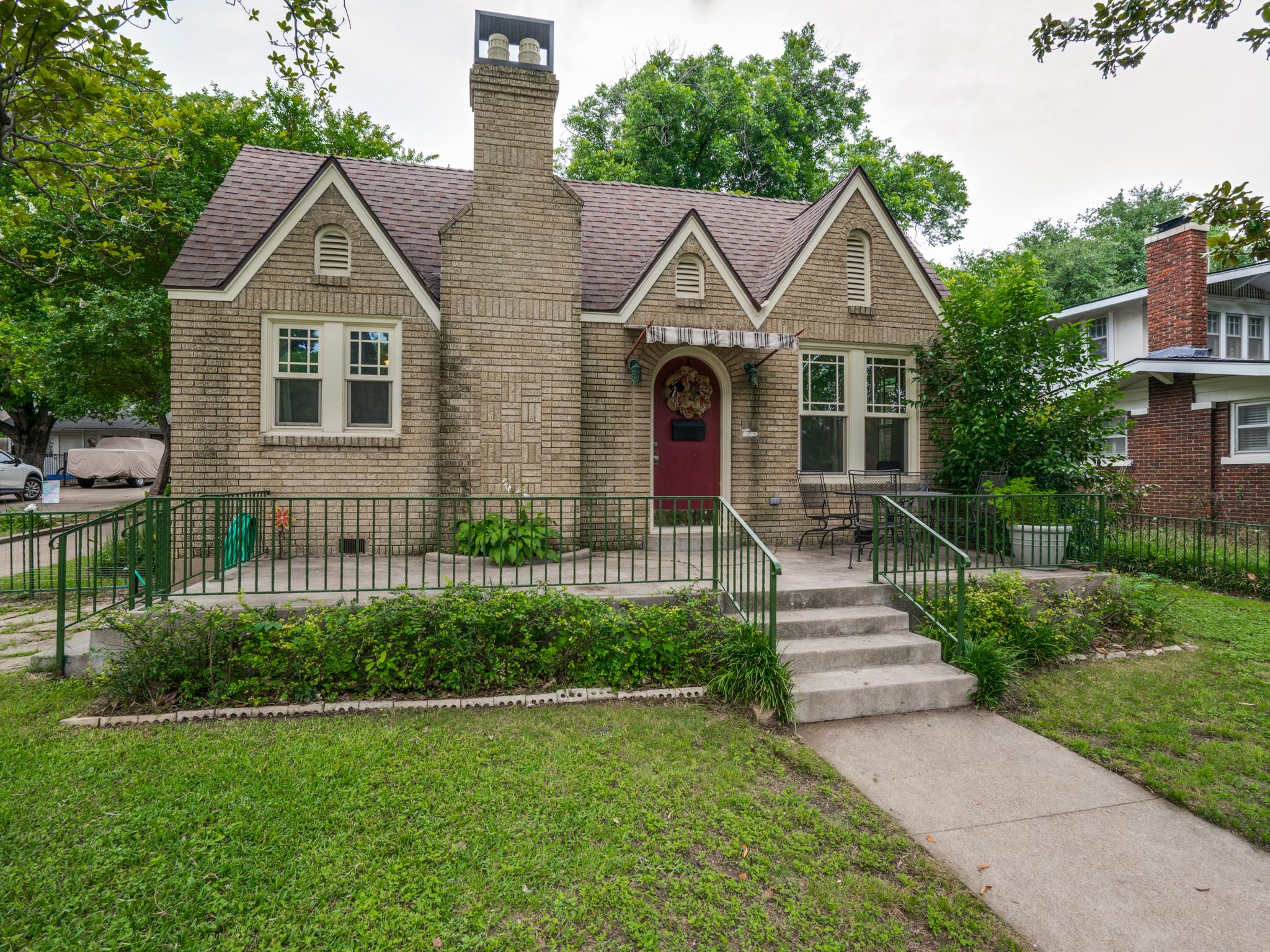 Casa para uma família para Venda às Quaint Cottage off of Camp Bowie Near Culture District 1222 Virginia Place Fort Worth, Texas, 76107 Estados Unidos