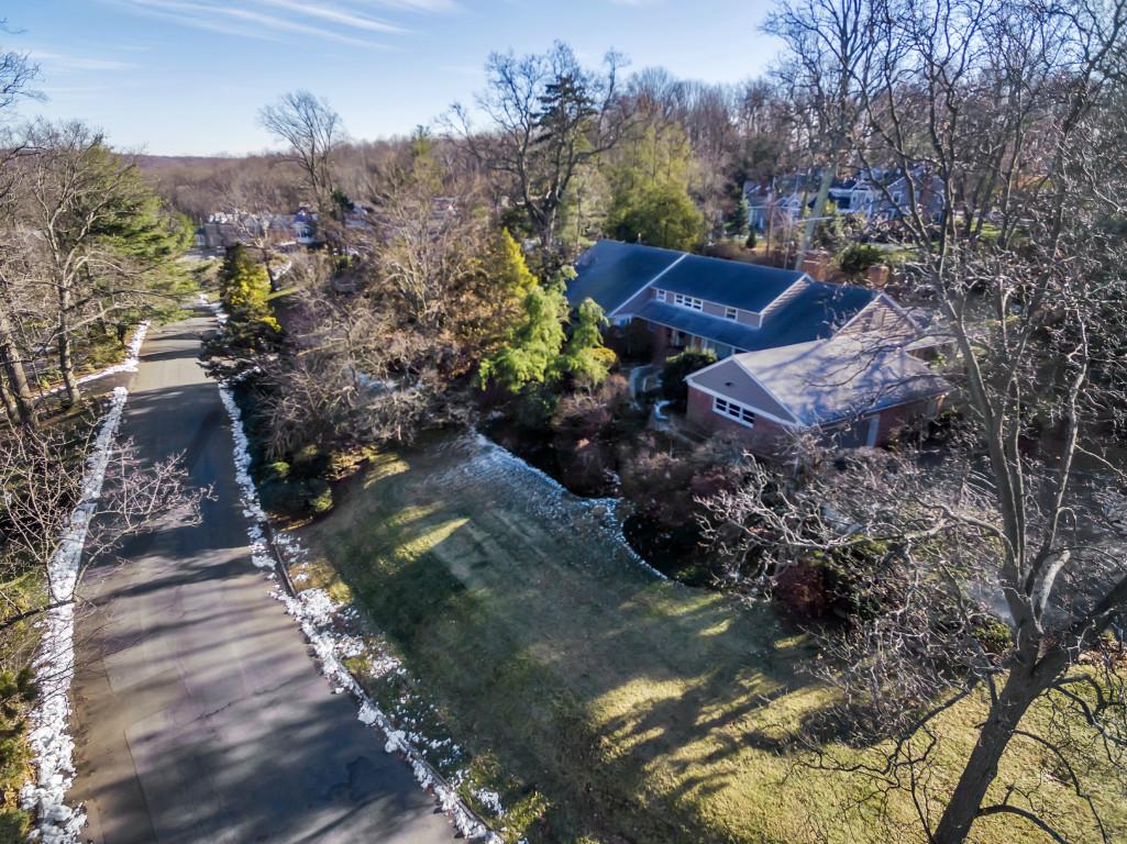 独户住宅 为 销售 在 Magnificent Center Hall Colonial 18 Dorison Drive 肖特山, 新泽西州 07078 美国