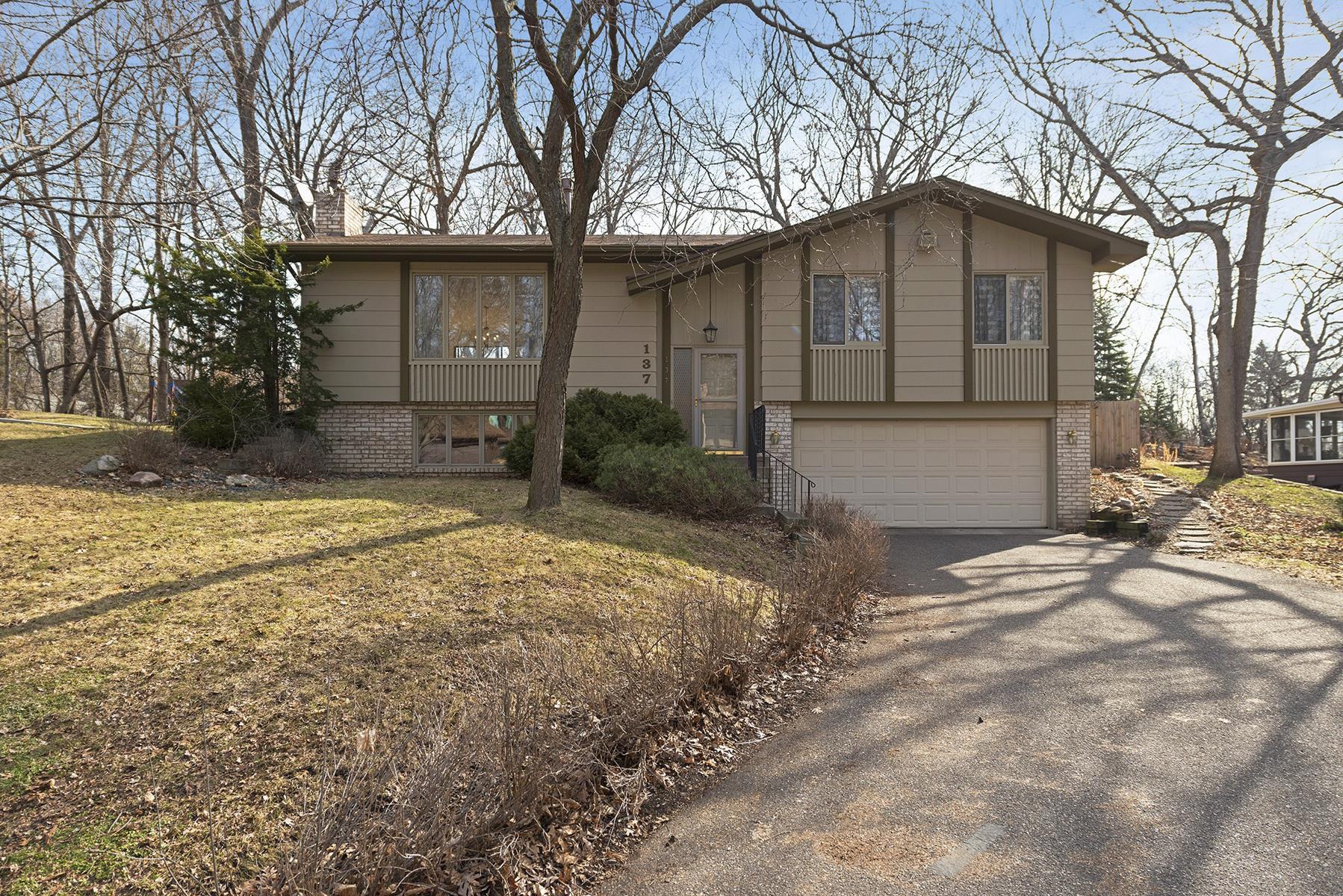 独户住宅 为 销售 在 137 32nd Avenue NW New Brighton, 明尼苏达州, 55112 美国