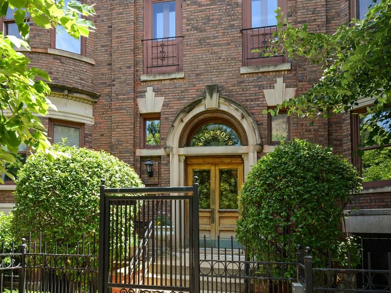 Частный односемейный дом для того Продажа на Spacious Top Floor Unit 4061 North Sheridan Road Unit 3 Uptown, Chicago, Иллинойс 60613 Соединенные Штаты