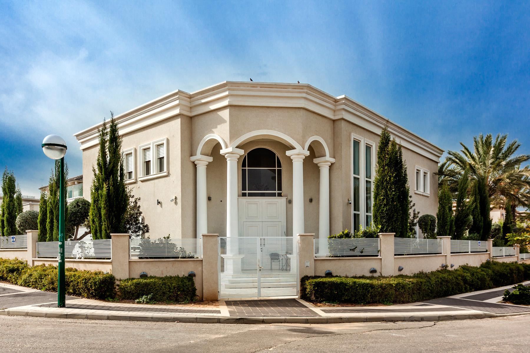 Maison unifamiliale pour l Vente à Majestic and Captivating 3 Story Villa Caesarea, Israel Israël