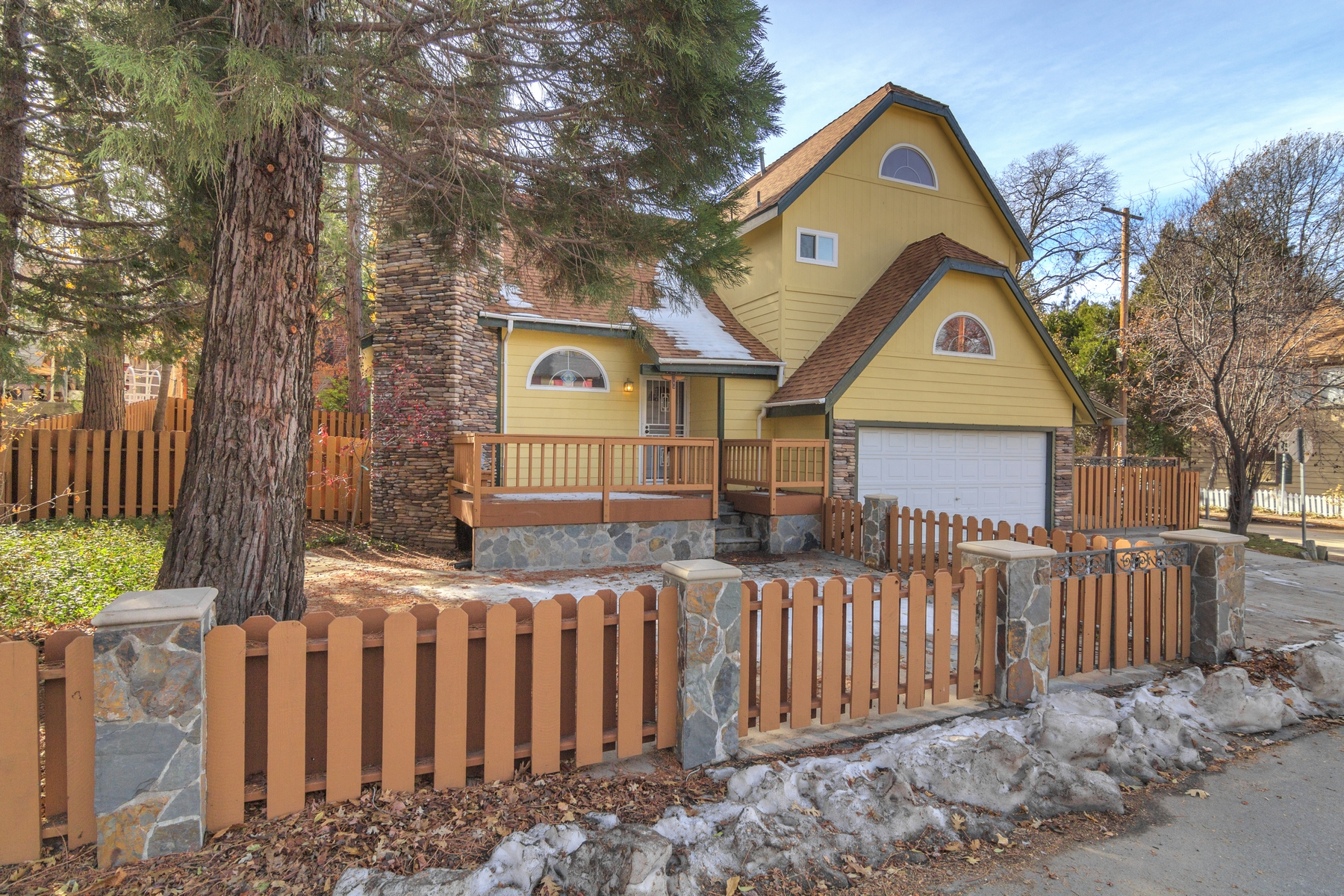 Maison unifamiliale pour l Vente à 347 Sunset Drive Lake Arrowhead, Californie 92352 États-Unis