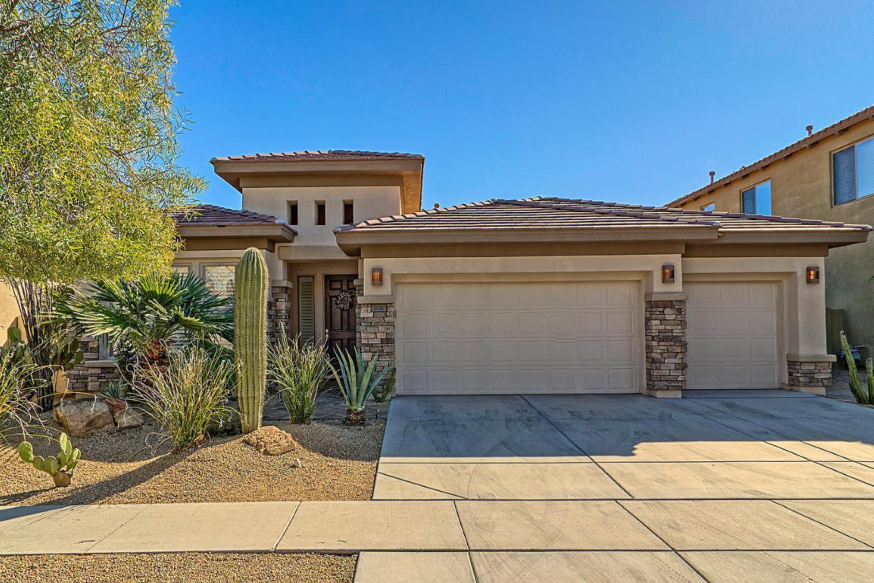 獨棟家庭住宅 為 出售 在 Meticulously maintained sought after 1 story home in gated Desert Crest 2041 W Gloria Ln Phoenix, 亞利桑那州, 85085 美國