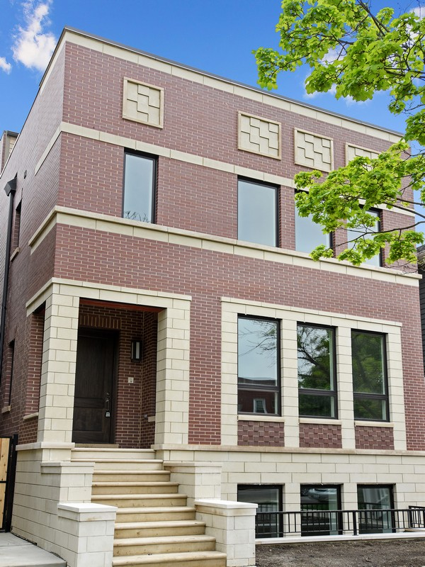 Maison unifamiliale pour l Vente à Absolutely Stunning! 3825 N Claremont Avenue North Center, Chicago, Illinois 60618 États-Unis