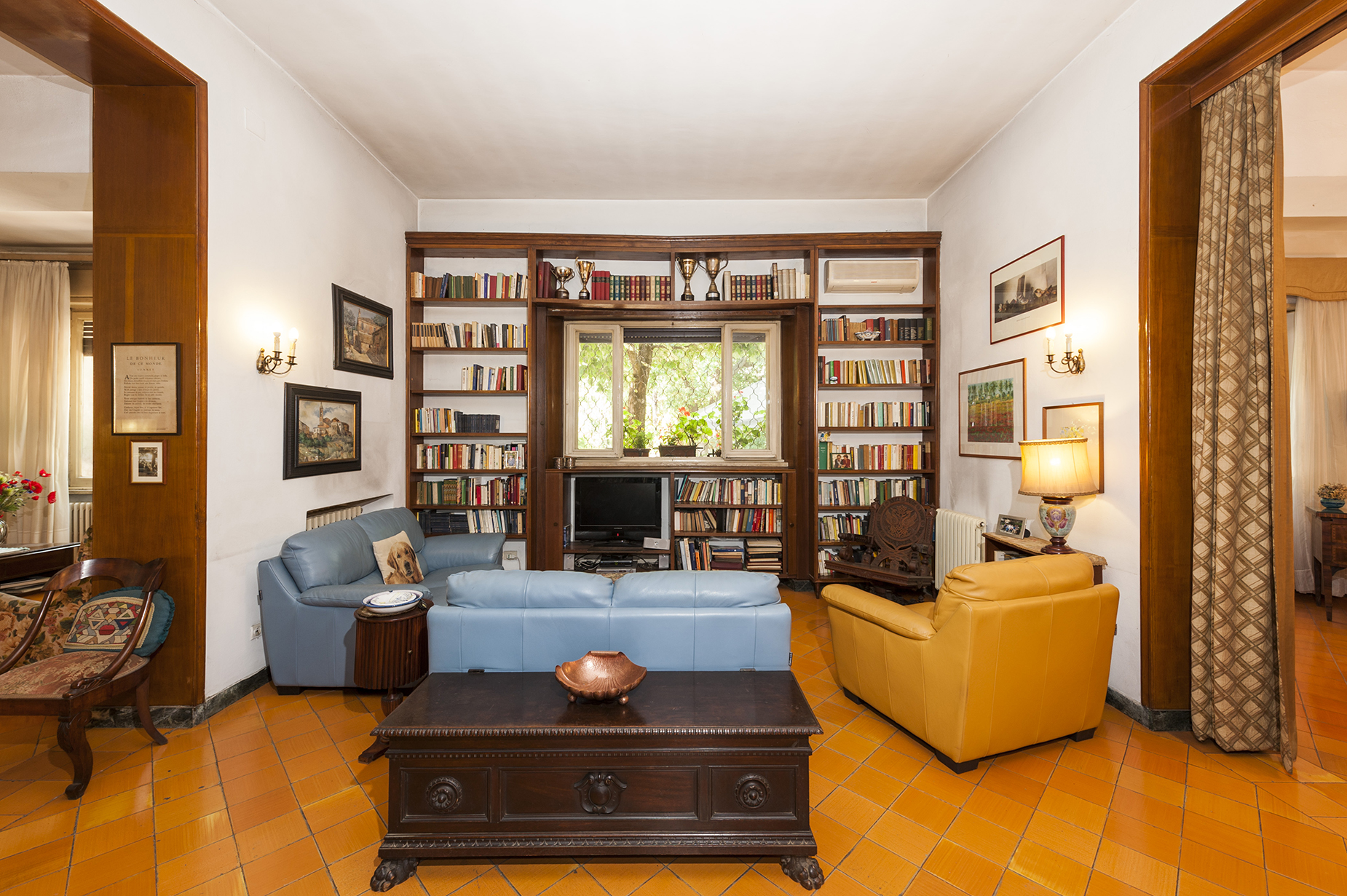 Additional photo for property listing at Beautiful villa with large garden Rome, Rome Italy