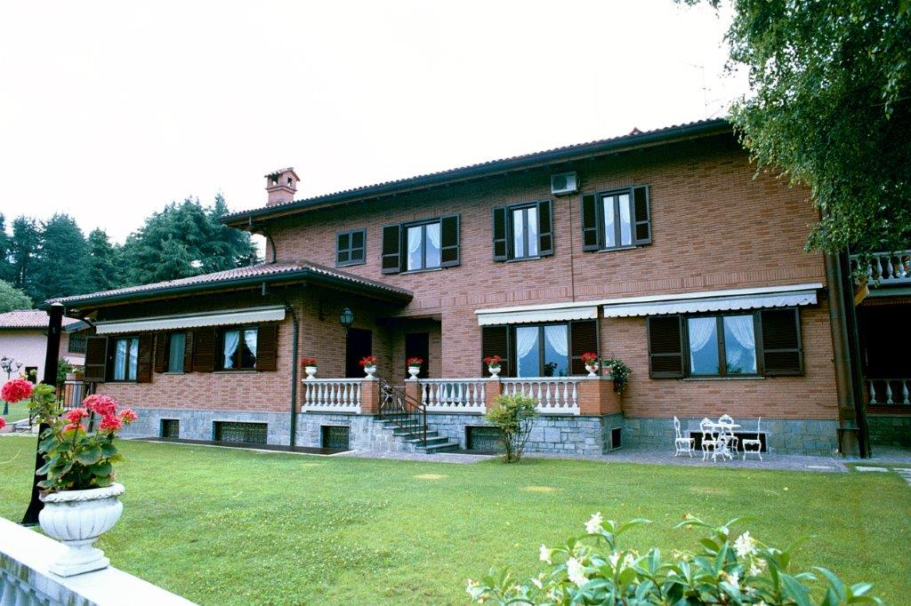 Einfamilienhaus für Verkauf beim Beautiful villa with private park and swimming pool Castello Di Brianza, Lecco Italien