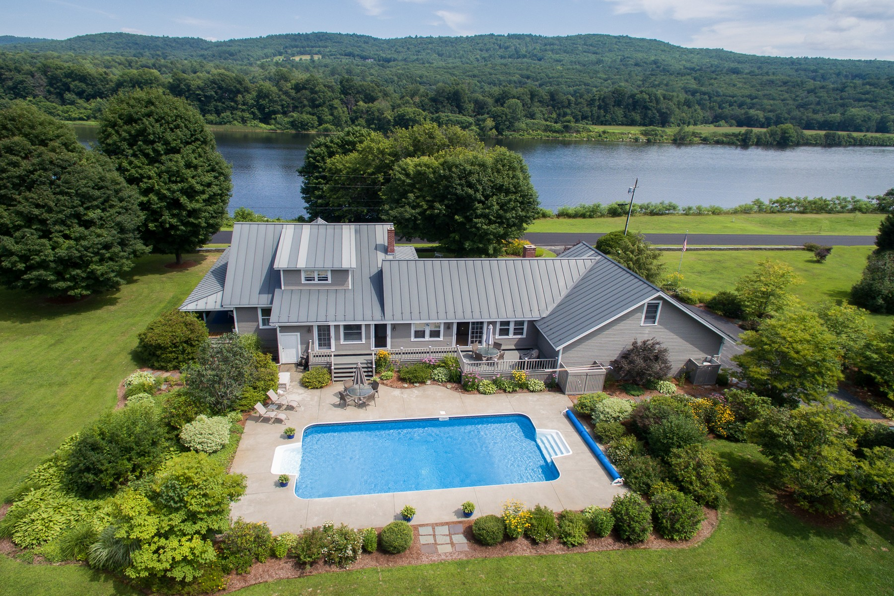 Maison unifamiliale pour l Vente à Mountain and River Views! 668 Old Connecticut River Road Rd Springfield, Vermont, 05156 États-Unis