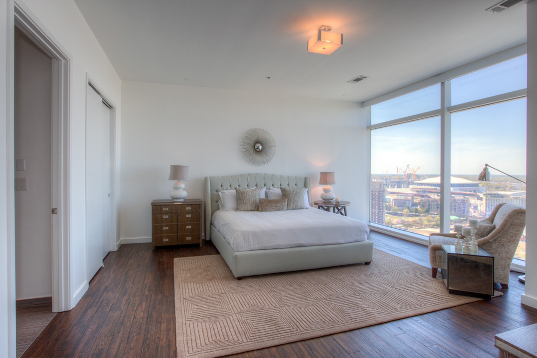 Additional photo for property listing at Spectacular Two Level Atlanta Penthouse With Luxury Hotel Amenities 45 Ivan Allen Jr Boulevard PH#2703 Atlanta, Geórgia 30308 Estados Unidos