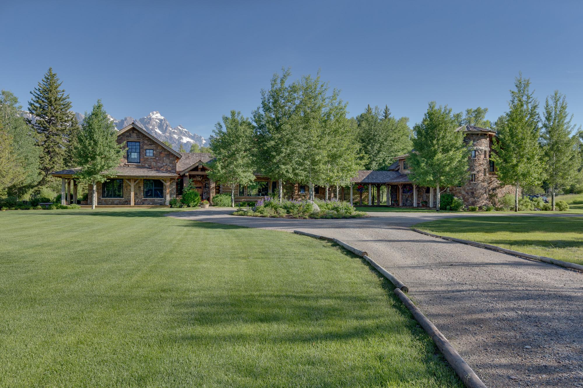 Maison unifamiliale pour l Vente à Timeless Appeal on the Snake River 1205 E Middle Meadow Road Jackson, Wyoming 83001 États-Unis