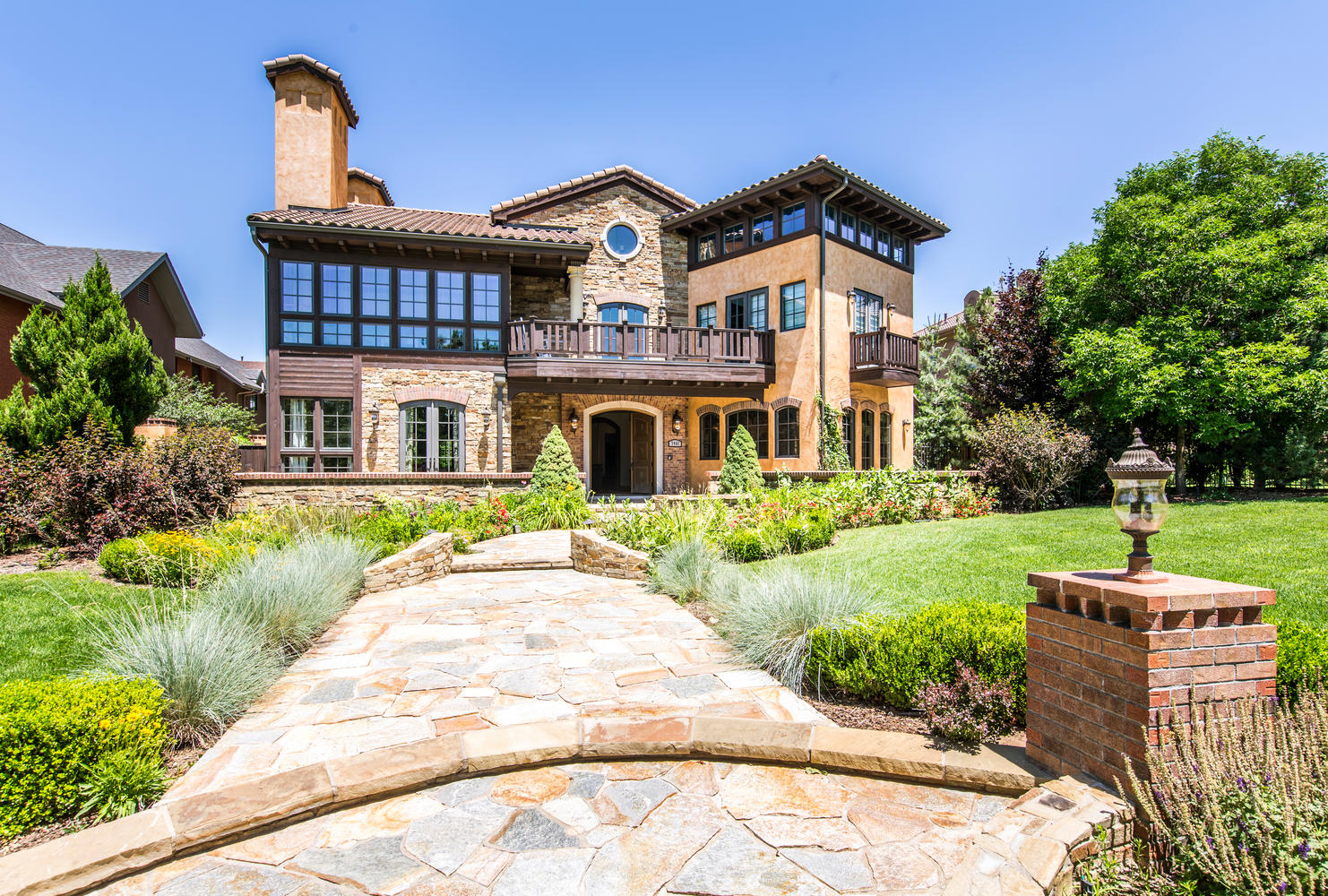 獨棟家庭住宅 為 出售 在 This stunning European villa on the elite 6th Ave Blvd, has every luxury. 7461 E. 6th Avenue Denver, 科羅拉多州, 80230 美國