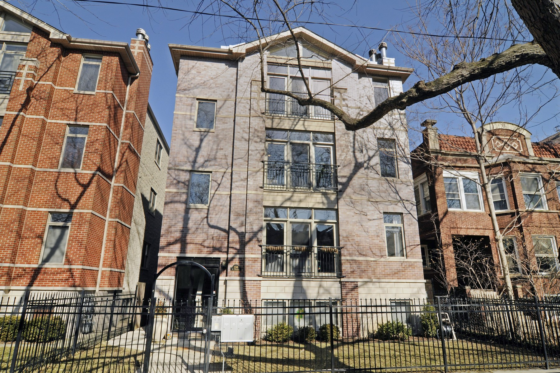 Single Family Home for Sale at Gorgeous Extra-Wide Three Bedroom Andersonville Condo 1246 W Winnemac Avenue Unit 2 Edgewater, Chicago, Illinois, 60640 United States