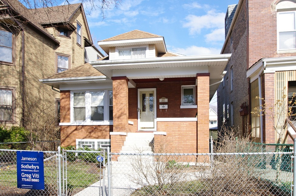 Casa Unifamiliar por un Venta en Brick Bungalow in Independence Park 4137 N Monticello Avenue Irving Park, Chicago, Illinois 60618 Estados Unidos