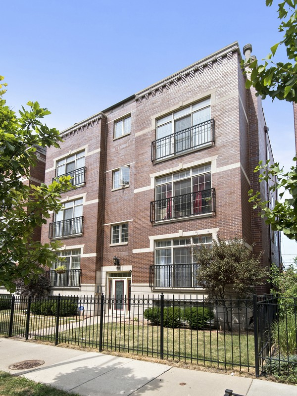 Duplex 為 出售 在 Pristine Three Bedroom Duplex 1758 W Diversey Parkway Unit 1E Lincoln Park, Chicago, 伊利諾斯州 60614 美國