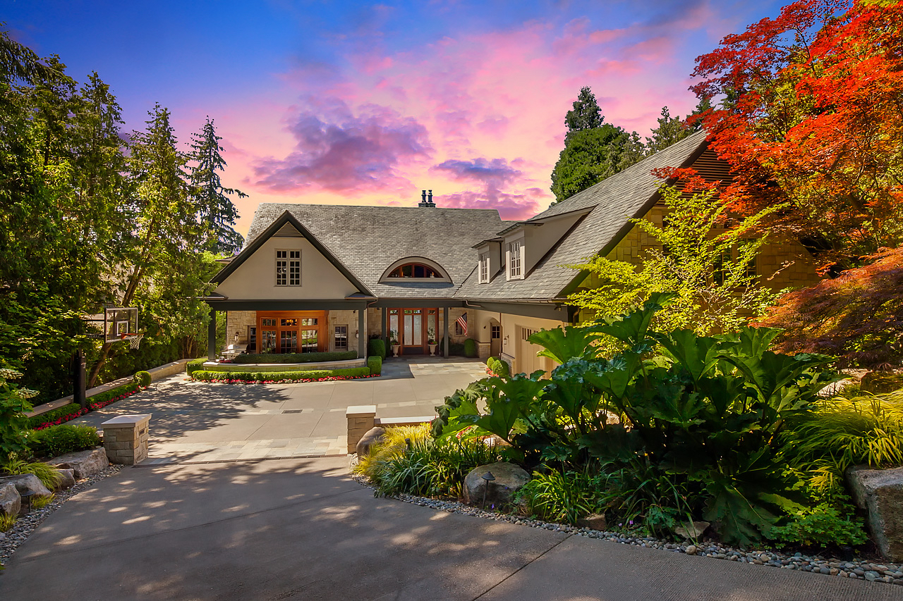 Maison unifamiliale pour l Vente à Gated Bellevue Waterfront Estate 2027 Killarney Way Bellevue, Washington, 98004 États-Unis