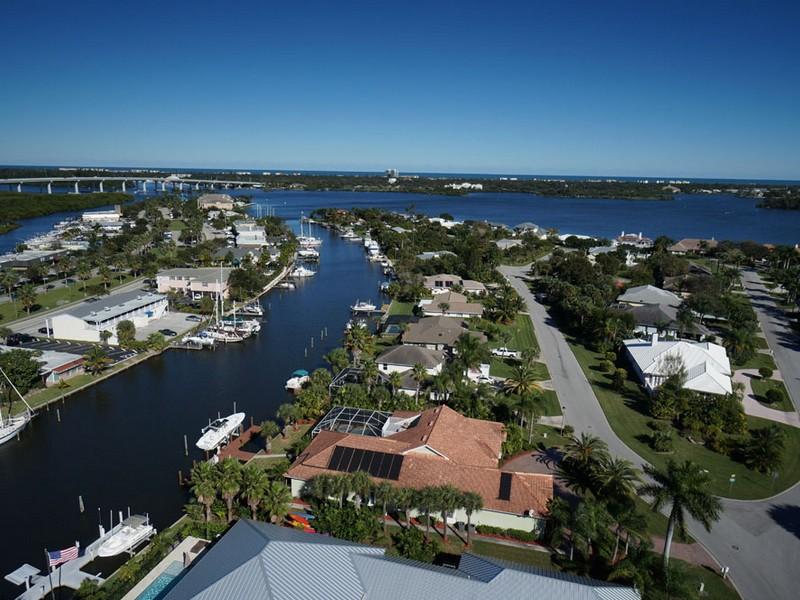 独户住宅 为 销售 在 Stunning Home on Deep Water Canal 210 Sea Gull Ave Vero Beach, 佛罗里达州 32960 美国