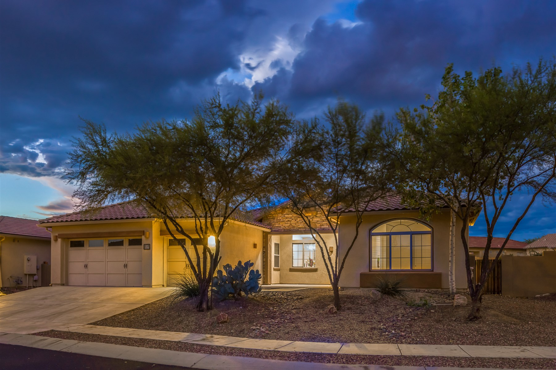 Vivienda unifamiliar por un Venta en Stunning move in ready hom in Oro Valley's gated communities 1206 W Calabria Court Oro Valley, Arizona, 85755 Estados Unidos