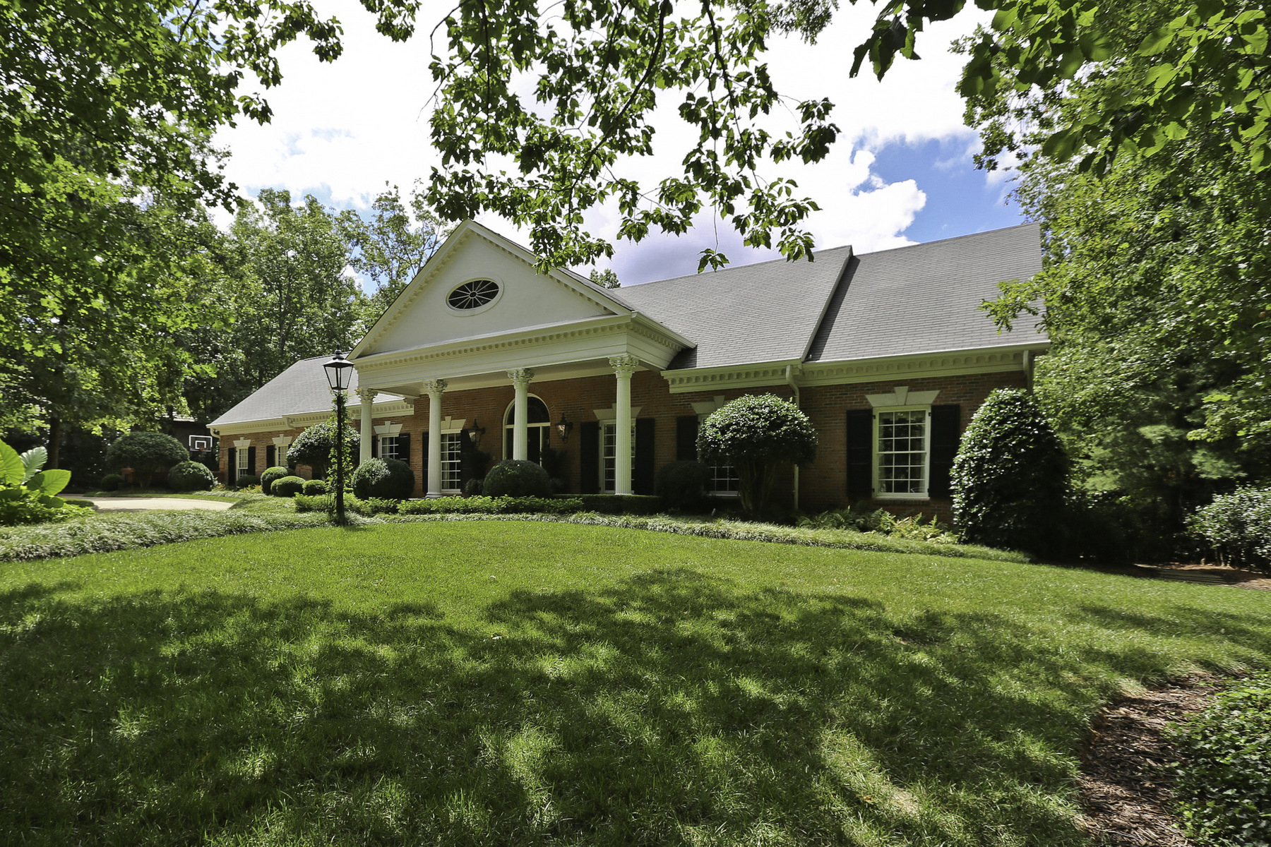 Villa per Vendita alle ore Renovated Brick Home In Sandy Springs With Pool And English Gardens 5660 Glen Errol Road Atlanta, Georgia 30327 Stati Uniti
