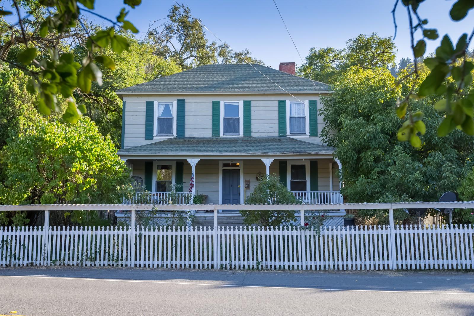 Ferme / Ranch / Plantation pour l Vente à Picturesque Historic Yorkville Property 33680 Highway 128 Yorkville, Californie 95494 États-Unis