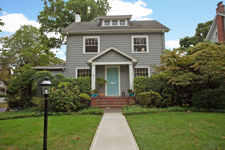 Maison unifamiliale pour l Vente à Bright Center Hall Colonial 25 Euclid Place Montclair, New Jersey 07042 États-Unis