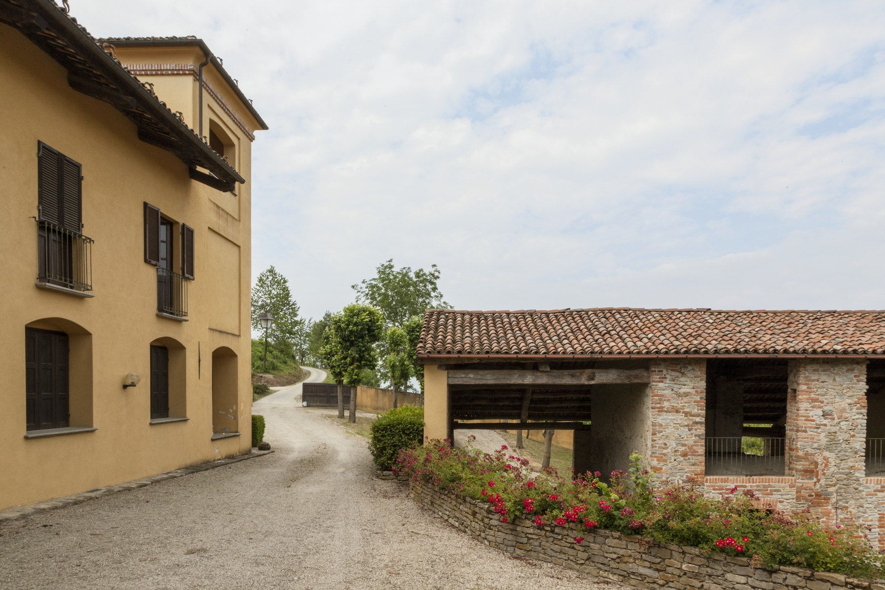 Additional photo for property listing at Charming estate with Langhe country views Clavesana, Cuneo Italia