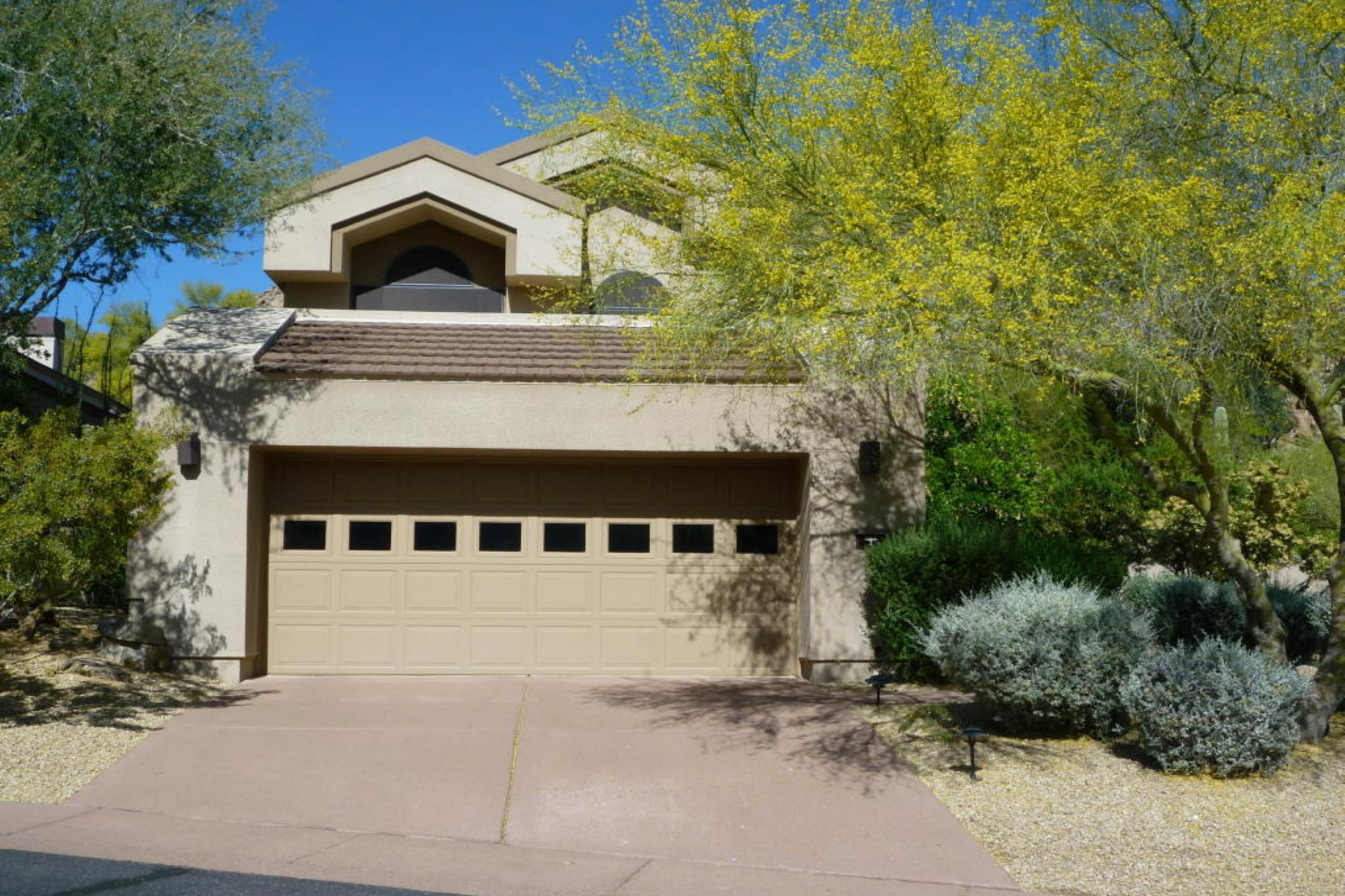 Maison unifamiliale pour l Vente à Fantastic upgraded three bedroom with 3.5 baths. 25150 N Windy Walk DR #7 Scottsdale, Arizona 85255 États-Unis