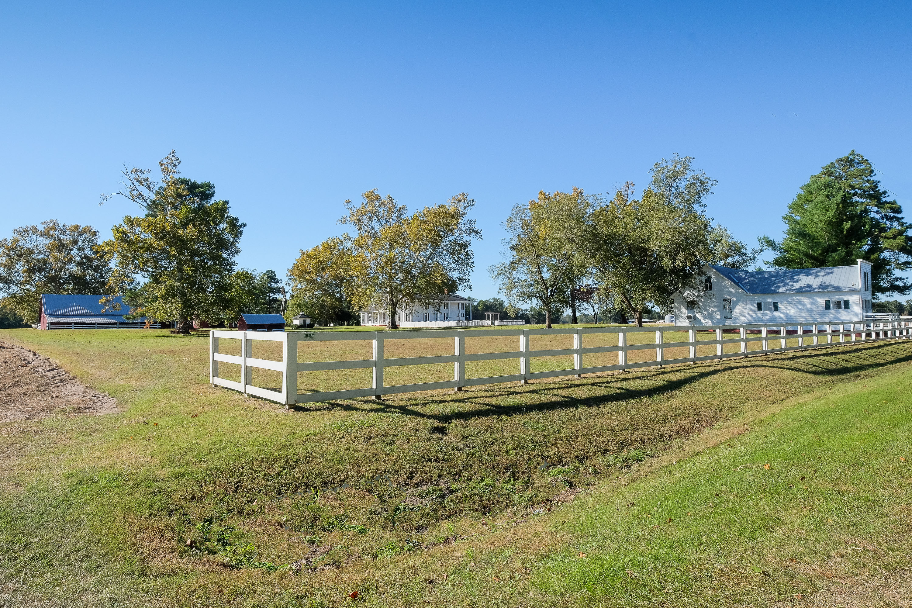 獨棟家庭住宅 為 出售 在 Gracious, Farm Property-Endless Possibilities 321 Riverby Farm Road Edenton, 北卡羅來納州, 27932 美國