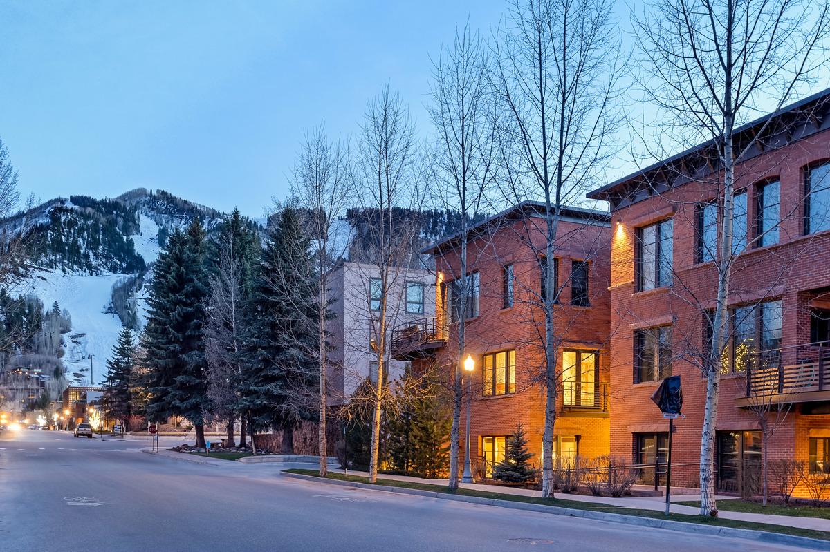 Частный односемейный дом для того Продажа на Convenient Location At Obermeyer Place 101 N Spring Street Unit #103 Aspen, Колорадо 81611 Соединенные Штаты