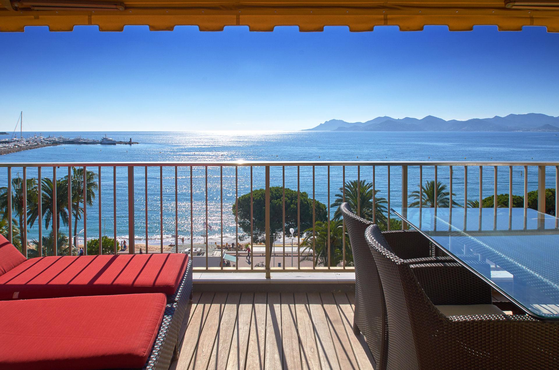 Appartamento per Vendita alle ore Center Croisette, 3/4 roomed apartment on upper level with panoramic sea views Cannes Cannes, Provenza-Alpi-Costa Azzurra 06400 Francia