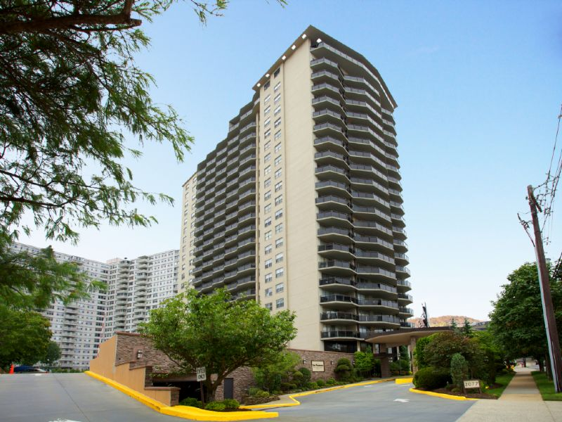 Cooperativa por un Alquiler en Spacious one bedroom at the beautiful Pembroke building 2077 Center Avenue, #16B Fort Lee, Nueva Jersey 07024 Estados Unidos