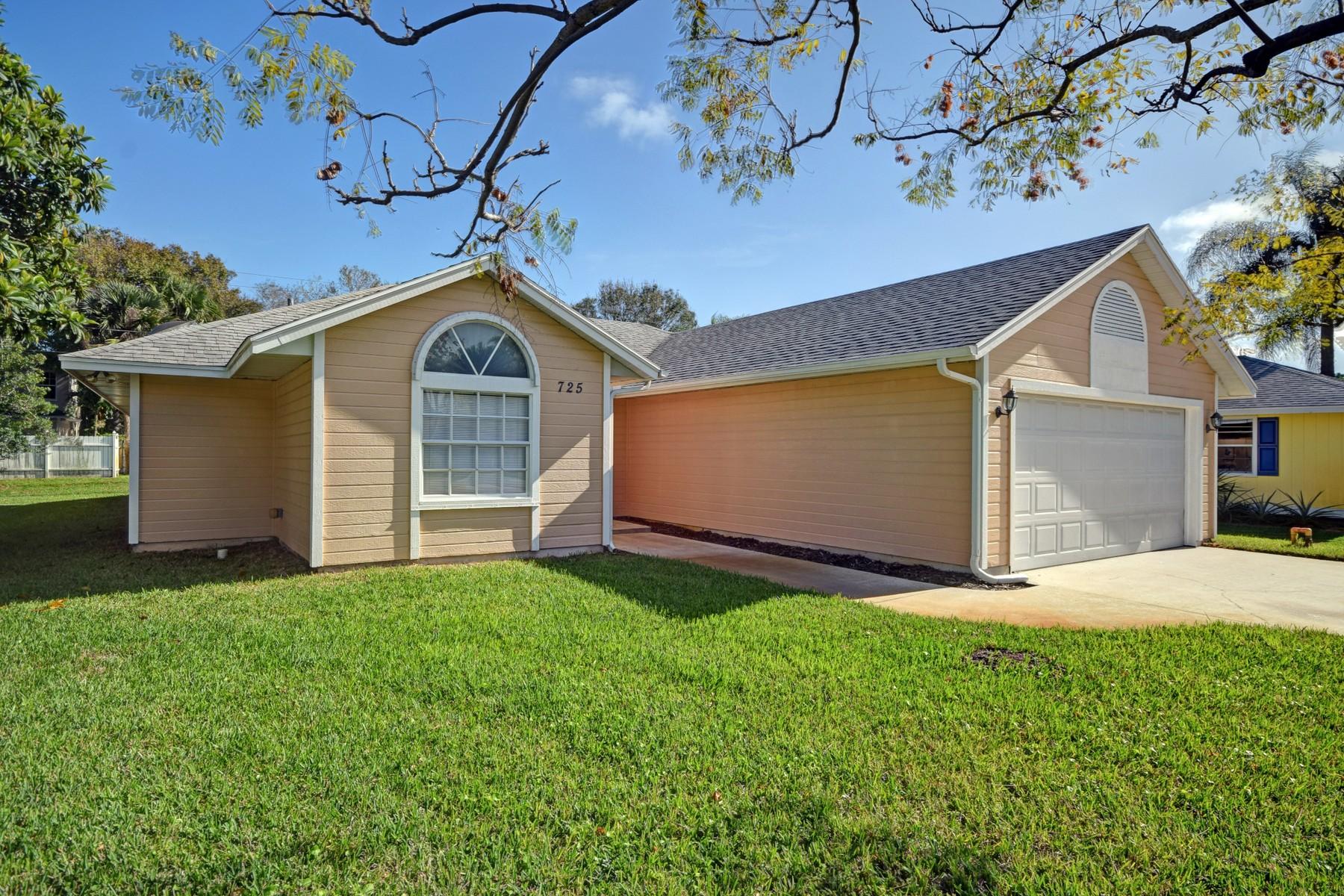 Villa per Vendita alle ore Awesome Home with Many Upgrades 725 24th Square Vero Beach, Florida 32962 Stati Uniti