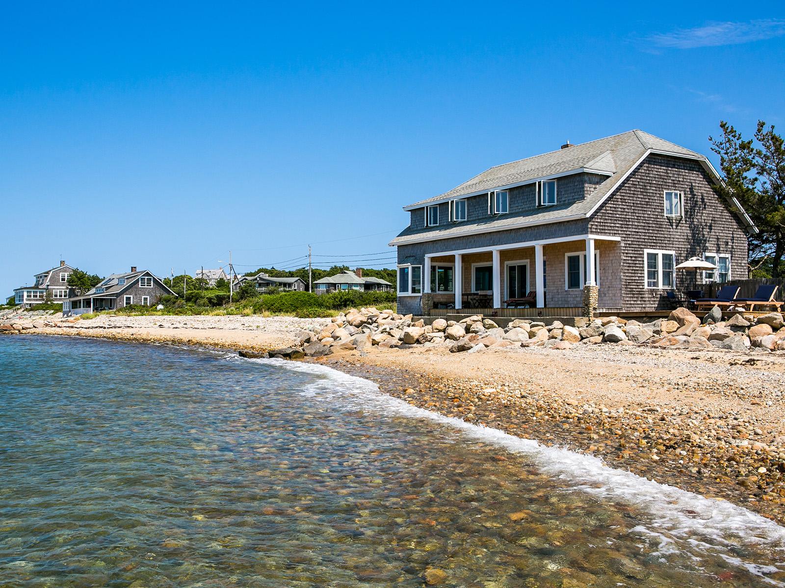 Maison unifamiliale pour l Vente à East Chop Beach House 283 East Chop Drive Oak Bluffs, Massachusetts 02557 États-Unis