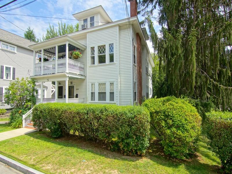 Condominio per Vendita alle ore Old-World Condo Style, Prime Portsmouth Location 227 Broad Street, #2 Portsmouth, New Hampshire 03801 Stati Uniti
