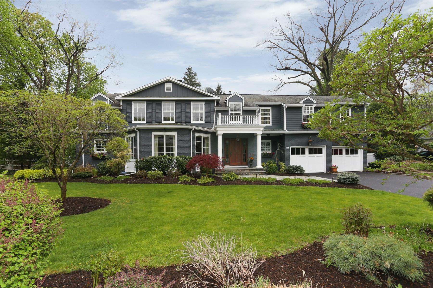Maison unifamiliale pour l Vente à Beautifully Renovated Colonial 23 Wyndehurst Drive Madison, New Jersey, 07940 États-Unis
