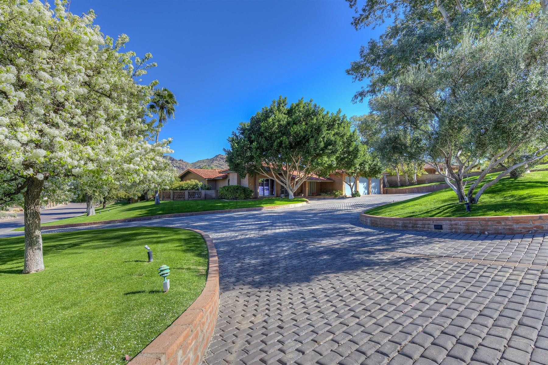 Einfamilienhaus für Verkauf beim Timeless Fully Remodeled Home On An Incredible View Lot In Paradise Valley 7721 E Moonlight Lane Paradise Valley, Arizona 85253 Vereinigte Staaten