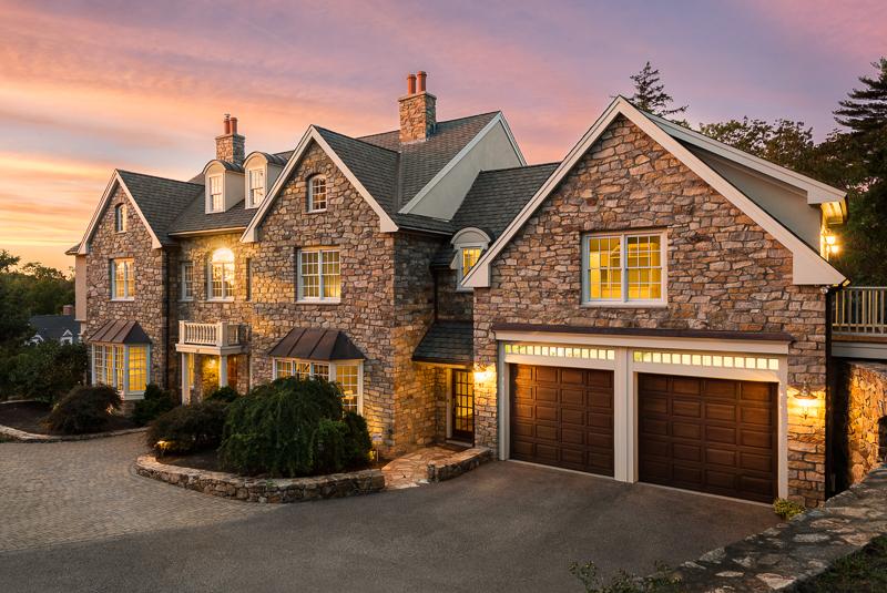 Casa para uma família para Venda às English Manor 28 Canterbury Street Hingham, Massachusetts, 02043 Estados Unidos