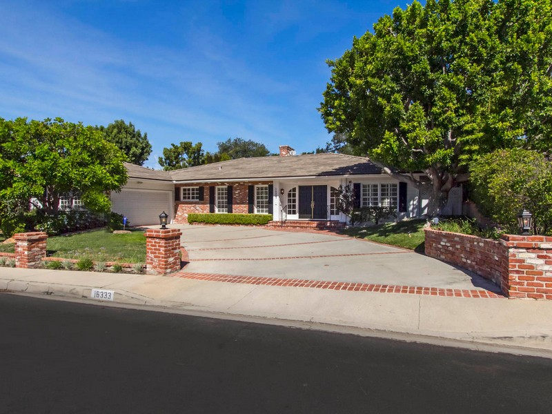 Vivienda unifamiliar por un Venta en 16333 Meadowridge Rd Encino, California 91436 Estados Unidos
